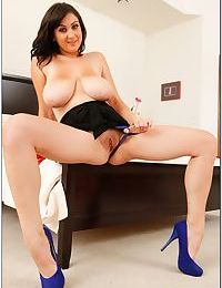 Chubby brunette babe Beverly Paige stripping and spreading her legs